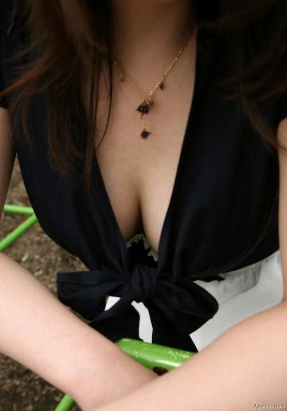綺麗なお姉さんの胸チラ盗撮エロ画像14