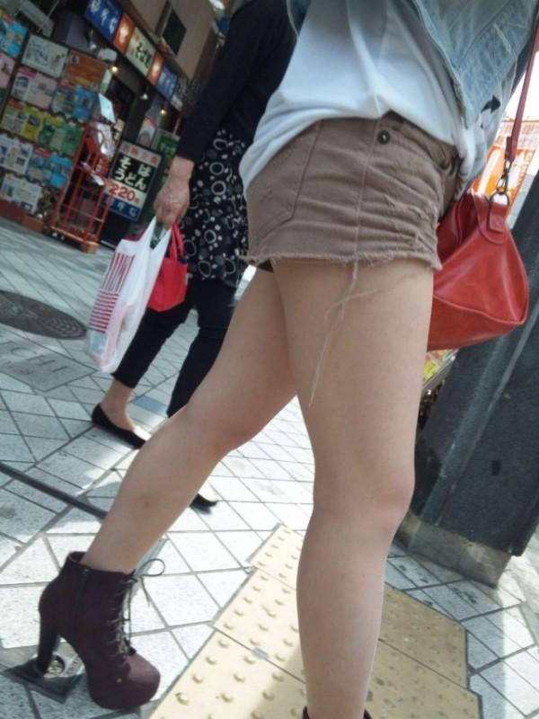 綺麗な生脚が堪らん街撮りエロ画像14