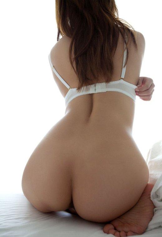 生尻を見せてくれる可愛い女性たちのエロ画像12