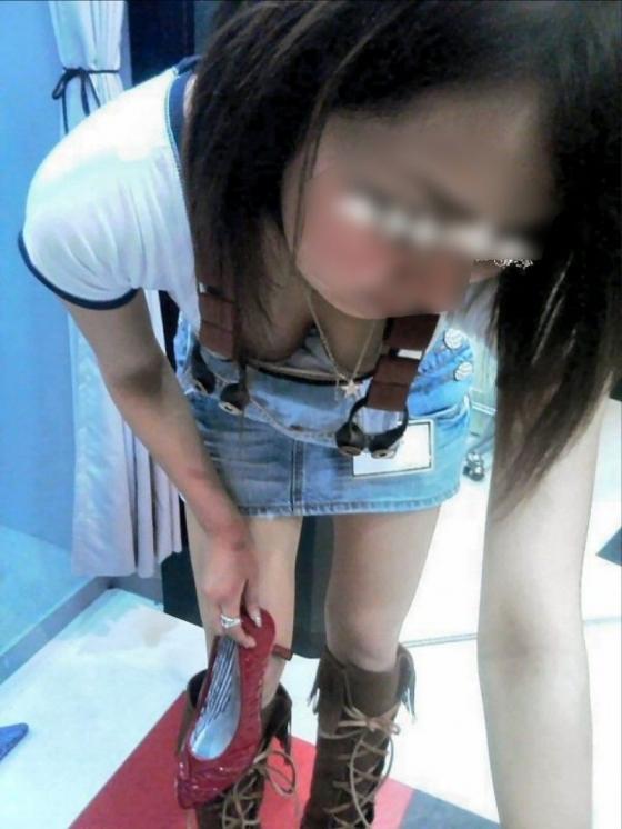 綺麗なお姉さんの胸チラ盗撮エロ画像13