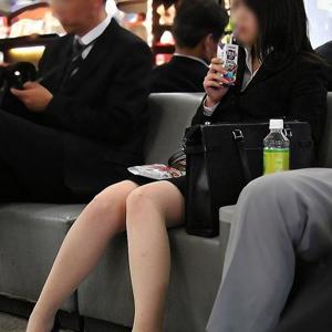 (太ももえろ写真)清楚なオネエさんのリクルートスーツ・社内レディーの美足が超最高☆☆☆