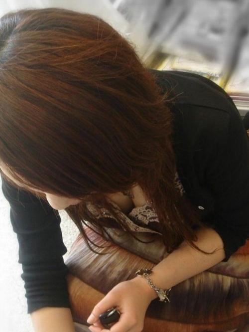 綺麗なお姉さんの胸チラ盗撮エロ画像03