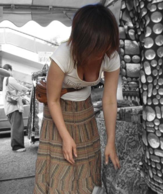 綺麗なお姉さんの胸チラ盗撮エロ画像06