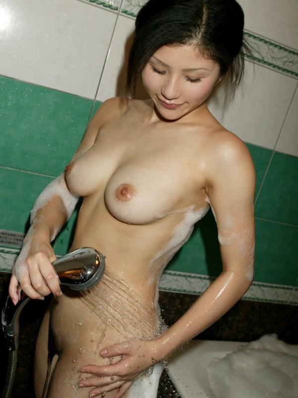 シャワー浴びている女子のエロ画像14
