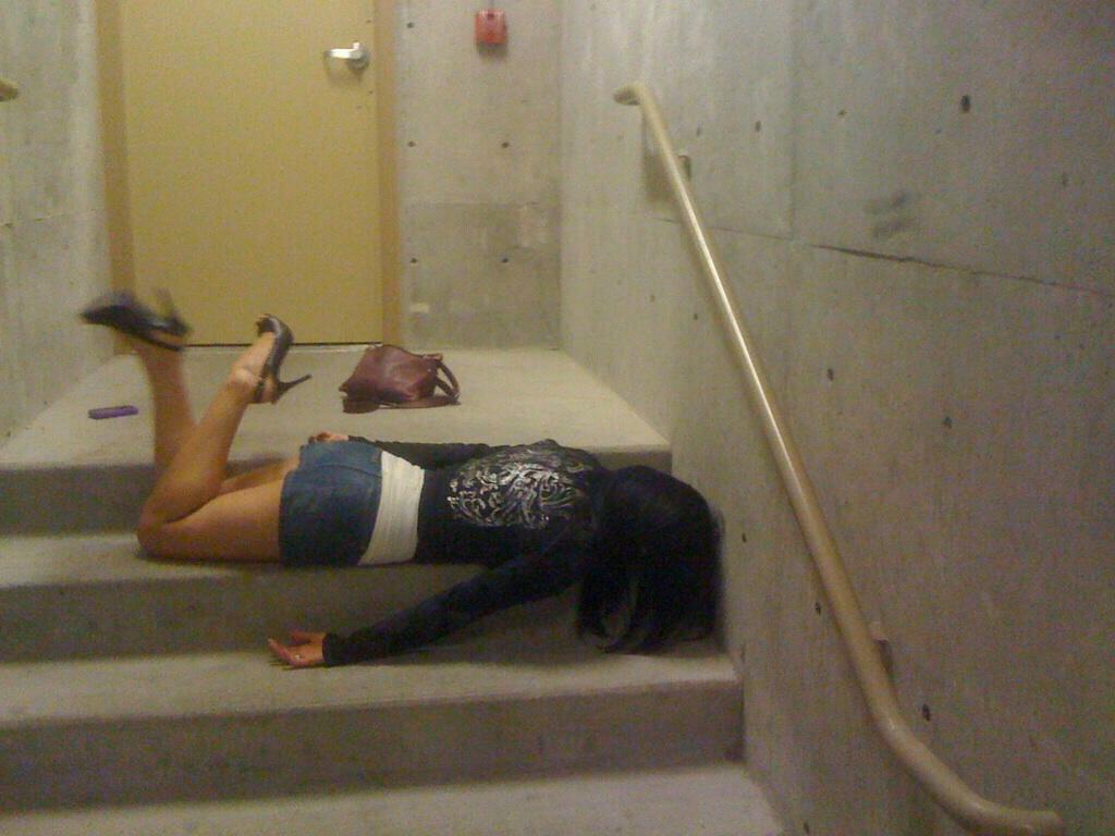 (泥酔えろ写真)パリポ女子どものおちゃらけ姿がマジえろい泥酔状態でヤリタイ放題にww