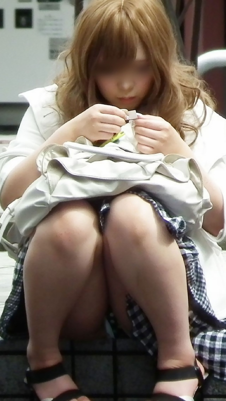 【エロ画像】三角座りしてパンツ見せてきたから盗撮したったwww