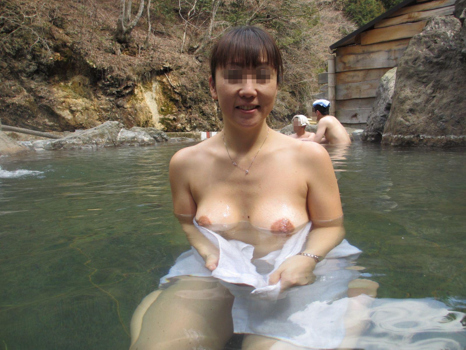 (露天風呂えろ写真)開放的な露天風呂の混浴で収録した大胆なシロウト女性のフルぬーどww