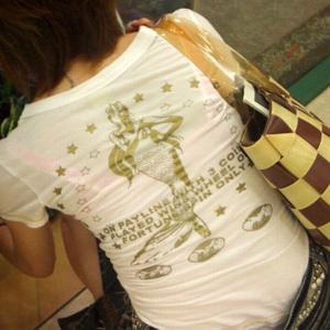 【透けブラエロ画像】街で女の子の下着が普通にスケスケなのでエロ目線で釘付けww