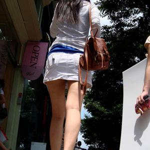 【美脚エロ画像】街中で発見した脚だけでヌケる最高に美しいミニスカお姉さんがコチラww