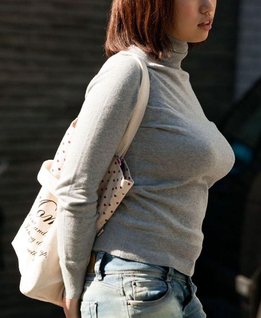 【着衣巨乳エロ画像】スゴい迫力…歩くだけで♂の視線を釘付けにする胸の大きな女性ww