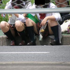 【パンチラエロ画像】制服JKのミニスカートからチラリと見えるパンツにテンション上がるww