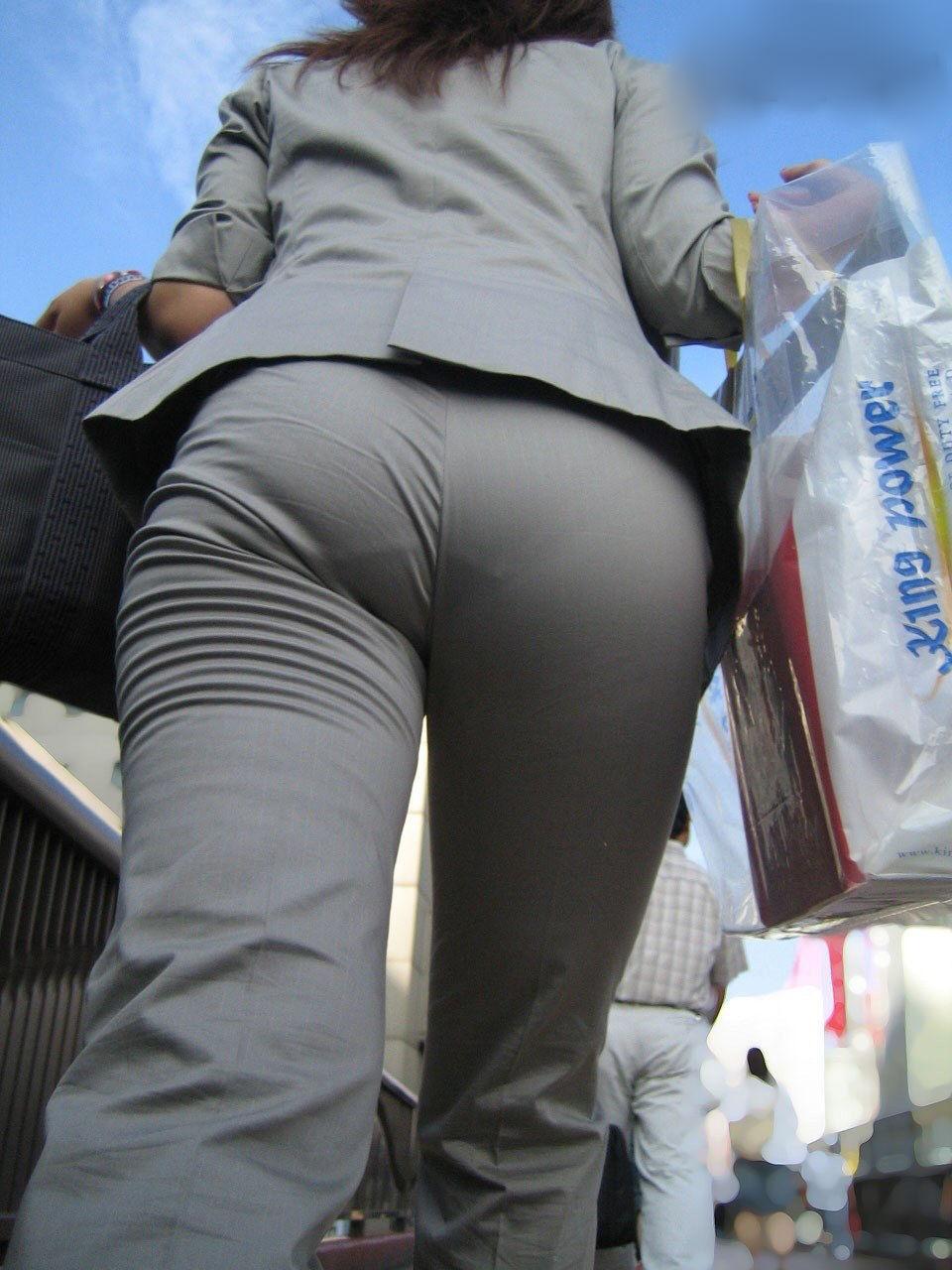 【パンツスーツOL画像】お尻の形やパンティーラインまで丸分かり…ぴたパンを履いて働く女性がエロいww