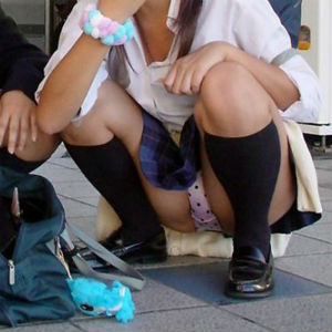 【JKパンチラエロ画像】ミニスカ制服JKのエロエロパンティのパンチラにズボンの上からフル勃起www