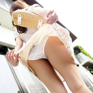【パンモロエロ画像】女の子が自ら履いてるスカートを捲り上げ下着を見せつけるww