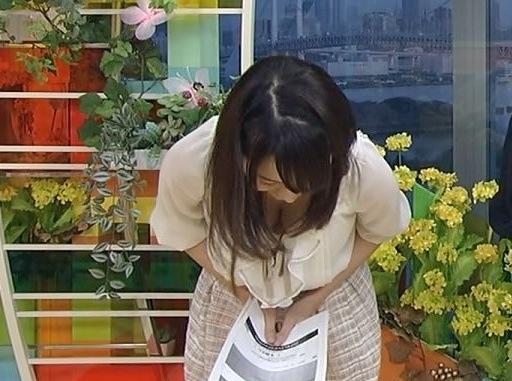 女子アナ胸チラエロ画像03