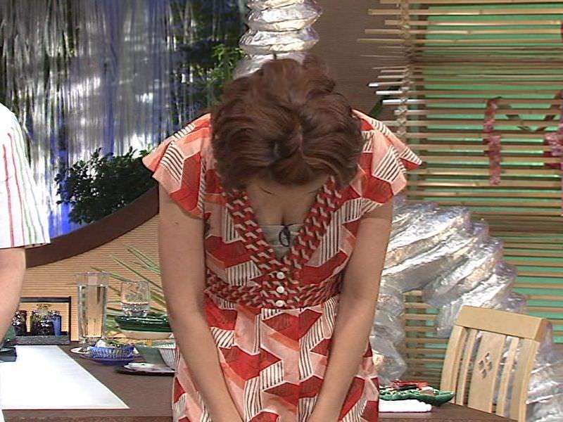 女子アナ胸チラエロ画像09