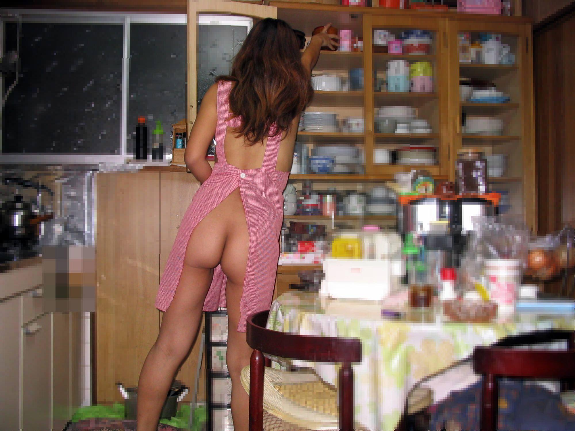 ケツ丸出し熟女の家事エロ画像05