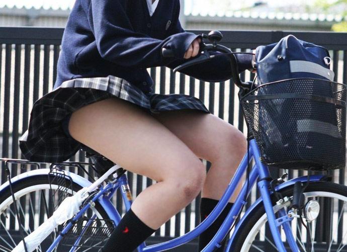 自転車パンチラエロ画像