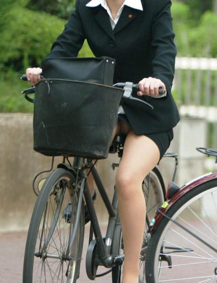 自転車パンチラ太ももエロ画像