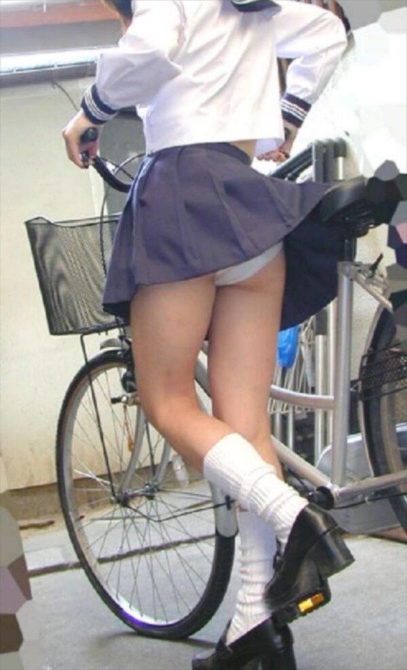 思いっきりスカートめくってくれちゃう風さんありがとー☆な通学10代小娘たちの風パンツ丸見え写真wwwwww
