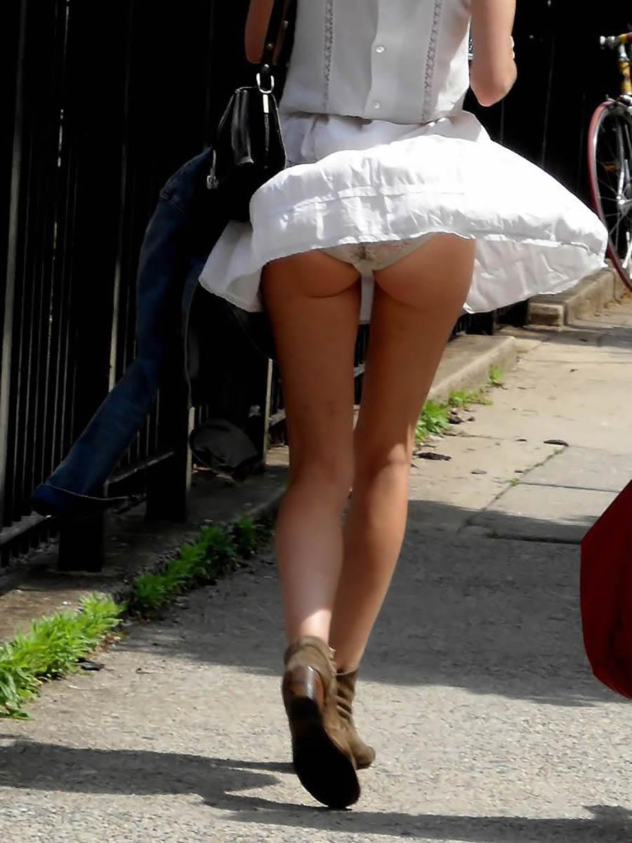 気温が上がって気分よくスカート履いてきた女性を襲う春一番の風に胸アツwwwwwwww