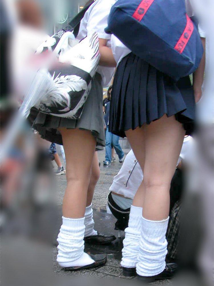 気温が上がるとスカート丈が短くなる☆尻肉みせるぐらいに攻めてるミニスカ10代小娘の太ももに胸アツwwwwwwww