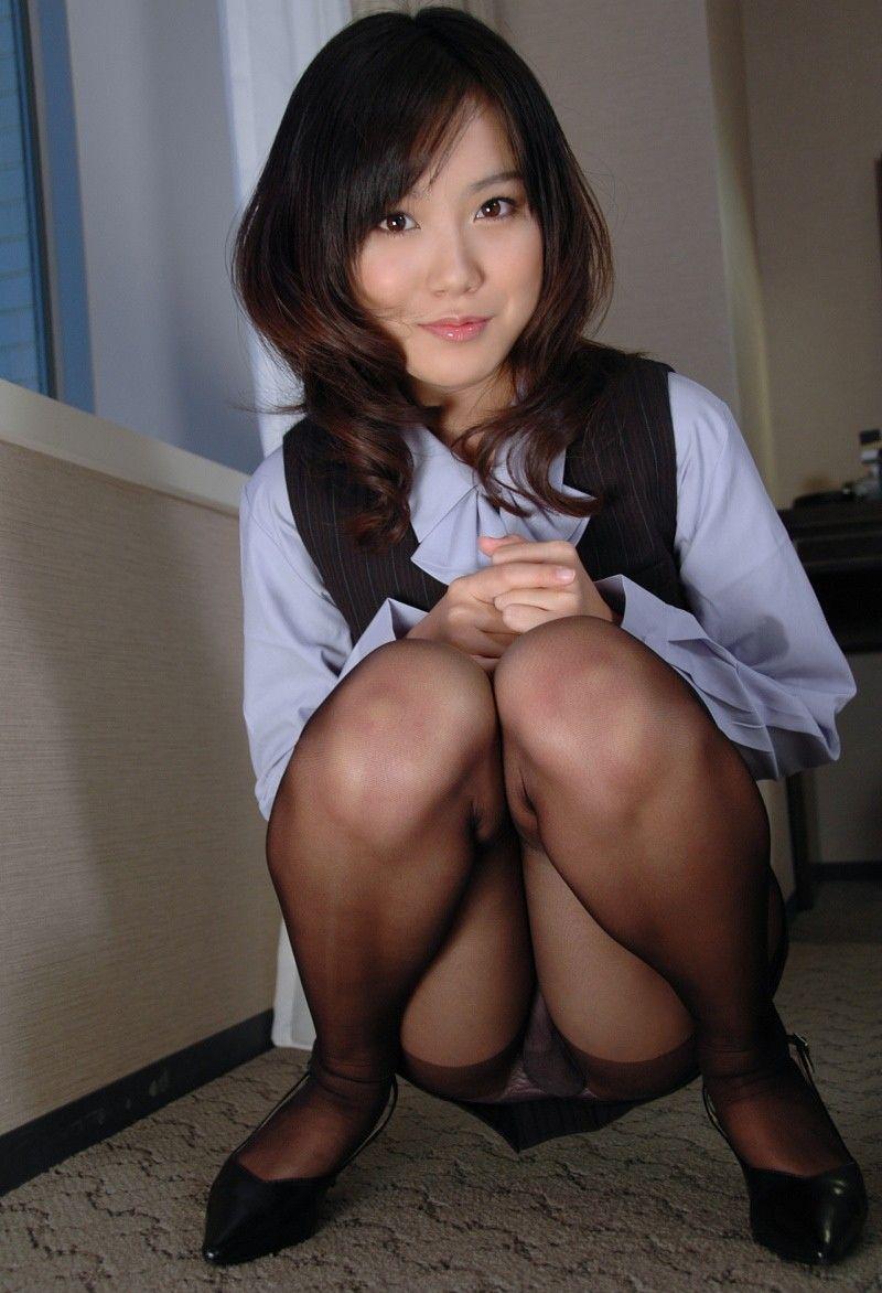 タイトスカートでなかなか見れないからこそ社内レディーセイフクしゃがみパンツ丸見えのえろさがすばらしいwwww