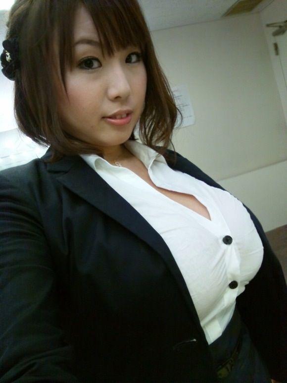 着衣パンパン!質量がすさまじい巨乳お姉さん画像ww a296de9d